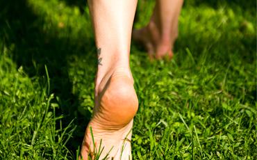 Barfota fötter.