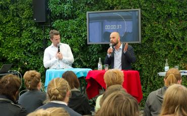 Hannes Hervieu och Daniel Suhonen i finalen av debatt-SM om vinster i välfärden.