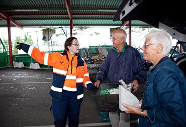 Rebecka Jönsson arbetar på Sandladans återvinningscentral i Falkenberg.