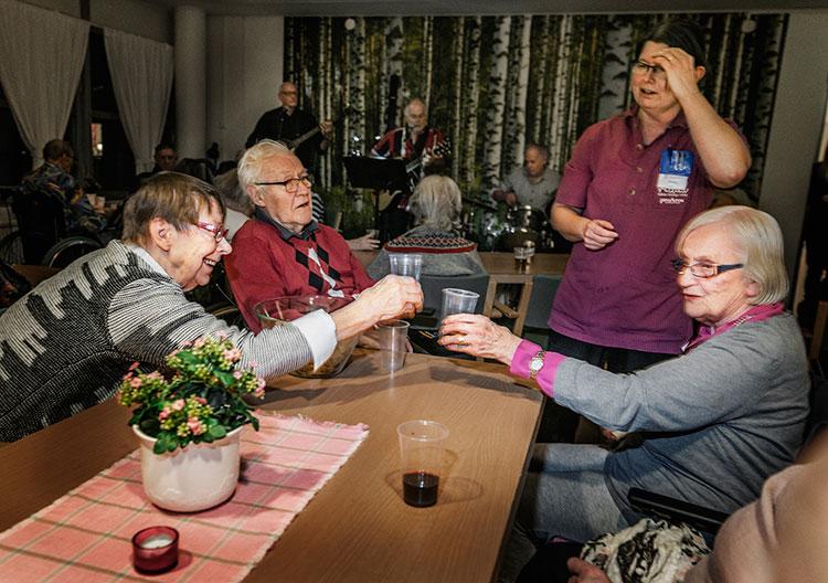 Påubkväll på Änglamarkens äldreboende.