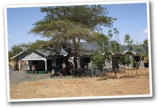 Kliniken Ulla-Marie i Mogotio. Träd har planterats framför för att kvinnor ska kunna gå dit utan att ses från vägen.