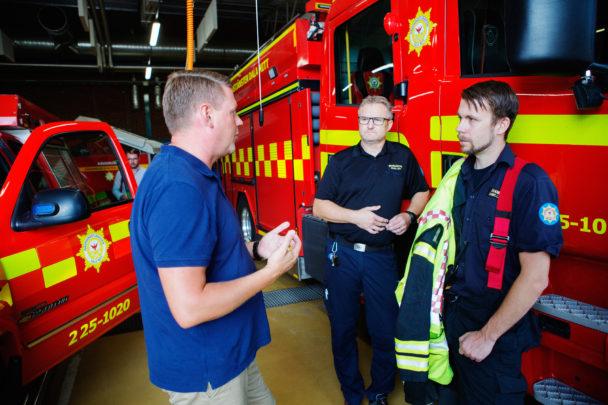 Tobias Baudin med brandmännen Per-Eric Goth och Daniel Larsson.