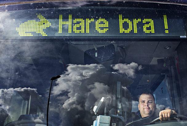 Martin Andreasson gillar att pigga upp sina passagerare med busskylten.
