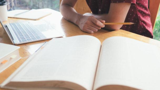 Student läser i bok.