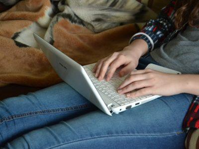 Kvinna med dator.
