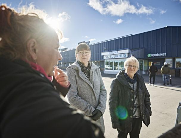 Åsa Holmdahl och Doris Messner pratar med sjuksköterskan Kajsa Östergren (till vänster).