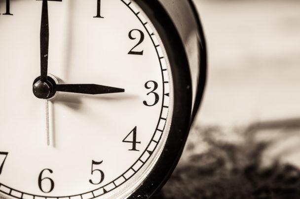 Klockan tre på natten mot söndag ställs klockan tillbaka en timme.