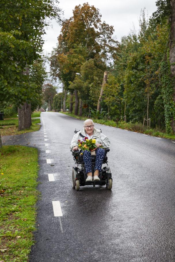Karin Axelsson, 96 år, på sin permobil.