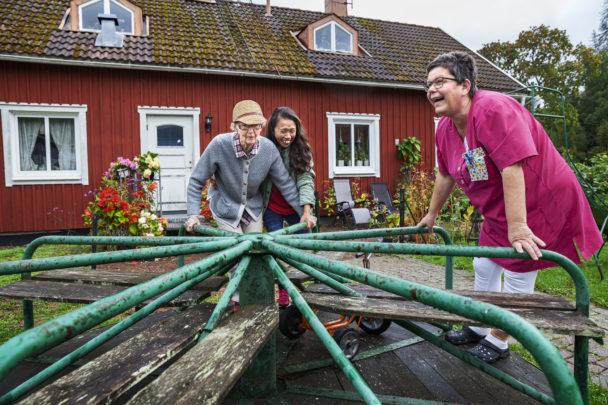 Gudrun Borefelt åker karusell med Emily Palenzuela och Veronica Järpén.