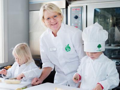 Lena Ryhnell fixar i köket med Alice Andersson Hallblom och Walter Jansson.