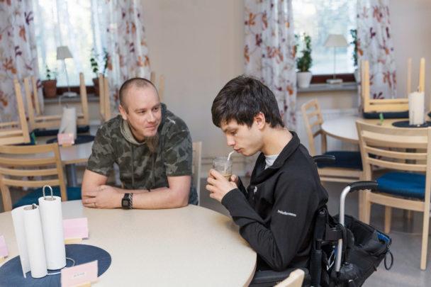 Andreas Nilsson sitter med när Simon Moritz äter frukost.