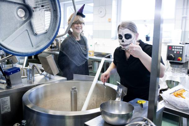 Personalen i skolköket i Hammars mellanstadieskola gillar att klä ut sig på halloween. Li Eklund hjälper kollegan Desirée Andersson att provsmaka.