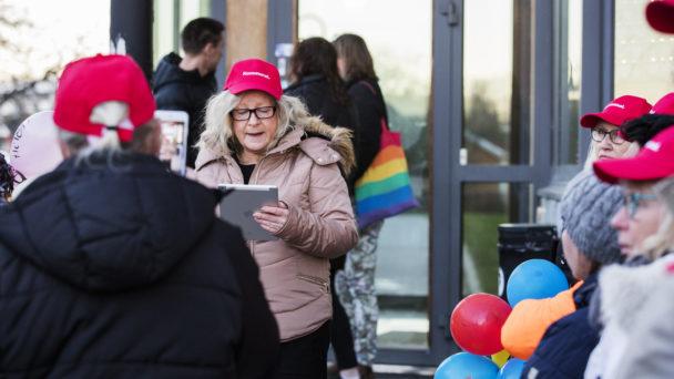 Åsa Blid talar på manifestationen i Söderköping.