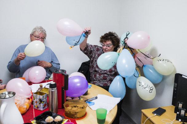 Bettan Hägg och Annika Stenman förbereder ballonger till manifestationen.