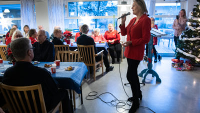 Arja Saijonmaa showar för de äldre i Järfälla.