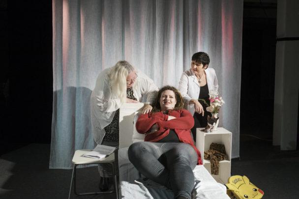 Laila Johnsson Kling, Karolina Strid och Kim Svensson repeterar inför teaterpremiären.