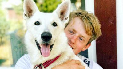 Simon Holmér med hunden Mira.
