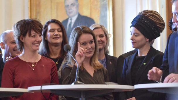 Jennie Nilsson (i mitten) tillsammans med Matilda Ernkrans (S) och Amanda Lind (MP) när den nya regeringen presenterades.