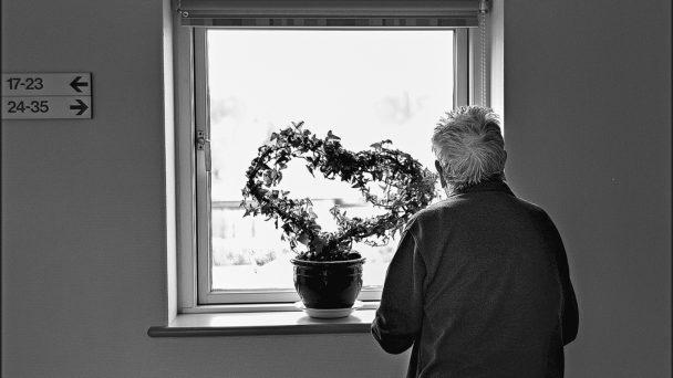 Äldre man som behöver hemtjänst (genrebild).