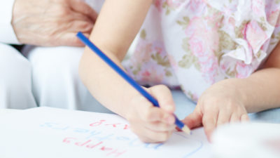 Barn och äldre i förskolan.