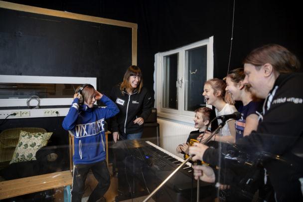 Therese Östensson och Erik Sandström tillsammans med ungdomarna Oliver Falk, Teddy Sandow, Tella Boman och Elin Wiklund.