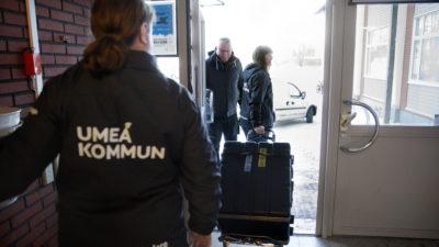 Erik Sandström, Göran Lind och Threse Östensson på väg ut på uppdrag.