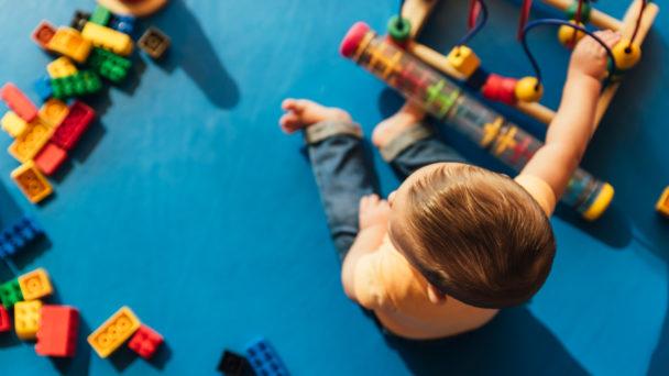 Förskolor är skyldiga att anmäla när barn kränks i förskolan.
