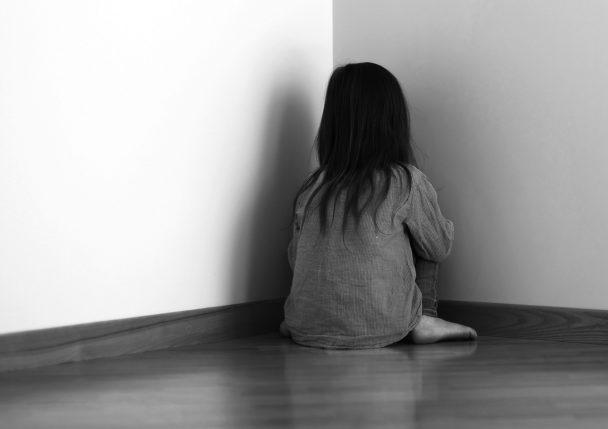 Att stänga in ett barn i ett mörkt rum är en kränkning, enligt Skolinspektionen.