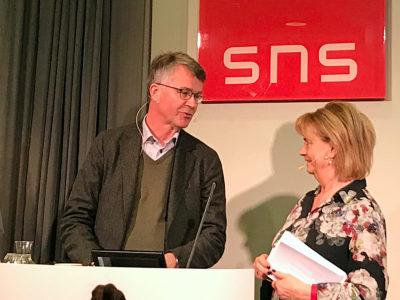 Peter Larsson med samtalsledaren Marianne Rundström.
