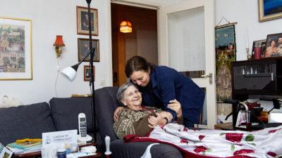 Claudia Vergara hjälper Evy Lindgren.