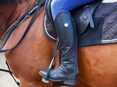 Kvinna på hästrygg.