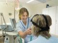 Lottie Brehmer undersöker en patient.