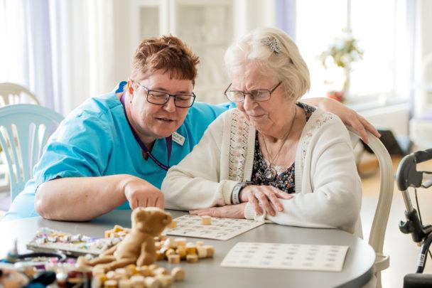 Ann-Sofie Ask spelar bingo med Kerstin Prinström.