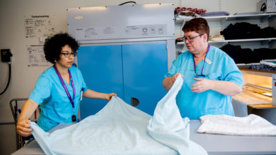 Undersköterskorna Soumia Jallal och Ann-Sofie Ask.