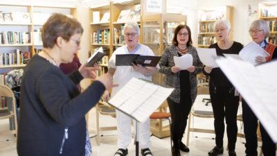Monica Sannsell och de andra i Körakuten på Lycksele lasarett.