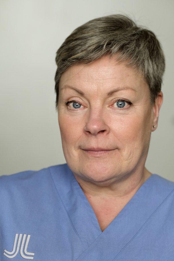 Helén Schönbäck, undersköterska, har en månadslön på 25000 kronor.