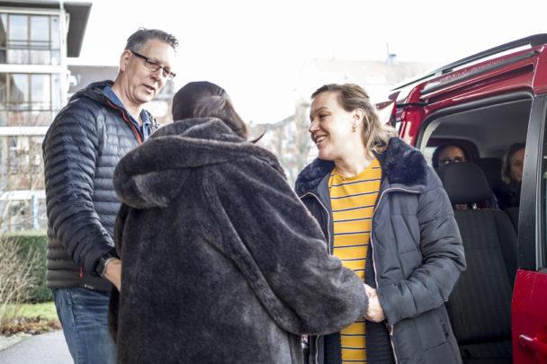 Tomas Wallin och Katarina Steffens gör en utflykt med de boende.