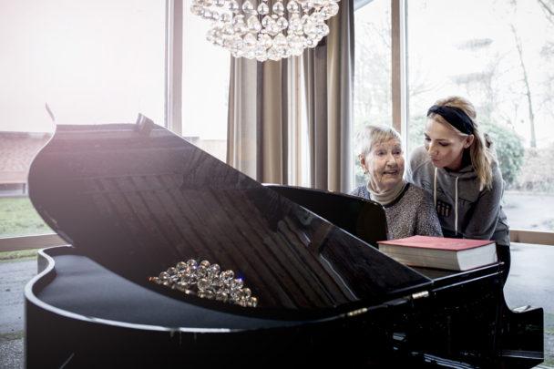 Mona Genberg spelar piano med Arbenita Ahmeti.