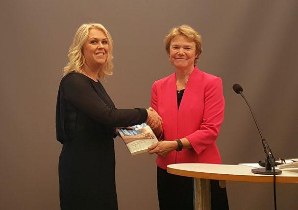 Socialminister Lena Hallengren (S) mottar utredningen av Harriet Wallberg.