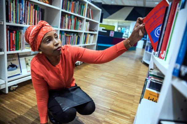 Ifrah-Degmo Mohamed tillbringar mycket tid på biblioteket i Kista.