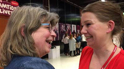Lisa Bengtsson (till höger) gratuleras av ombudet Lena Ericson Höijer från Stockholm.