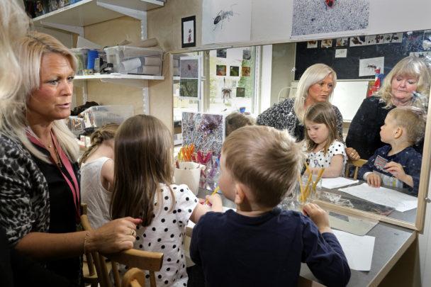 Malin Hall och Pia Svärd målar med Nike Sandell, Agnes Cednell och Sebastian Borg.