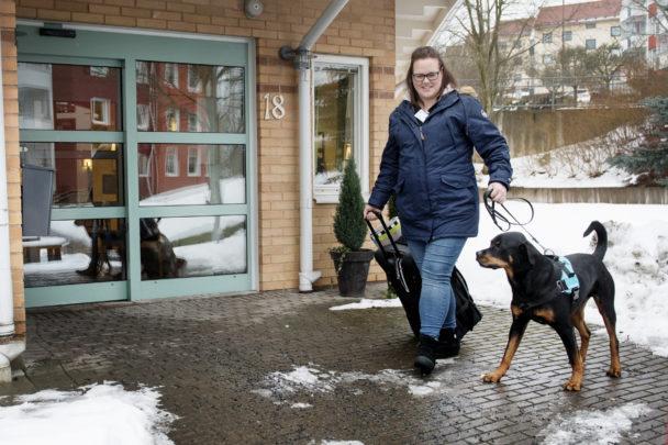 Tanja Parkkari och terapihunden Baxter.