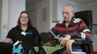 Tanja Parkkari och terapihunden Baxter besöker Bert Persson på Lärlingens äldreboende i Huskvarna.