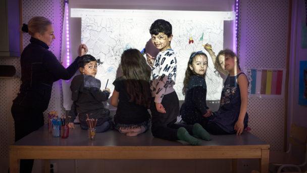 Barnskötaren Sanna Friberg med Adam Badry, Reemas Ahmed, Mustafa Khadif, Maria Szaraz och Linn Mustafa.