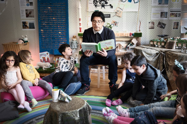 Hector Leyton läser ofta för barnen.
