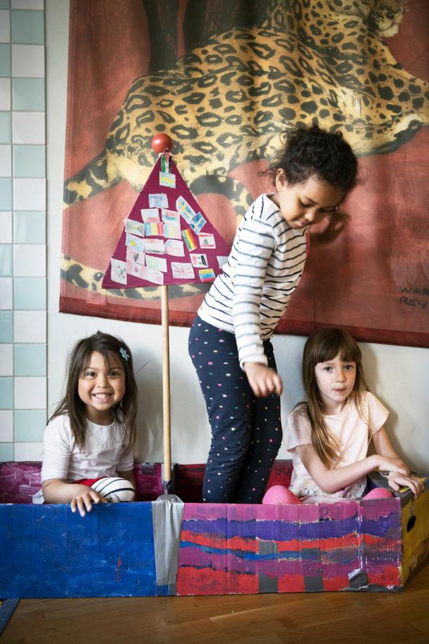 Cassandra Magnusson, Amanie Farah och Ena Husavic leker i båten som förskolan byggde när barnen drömde om att resa ut i världen.