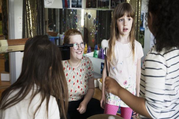 Konstnären och barnskötaren Aurora Bergmark trivs med att få använda båda sina kompetenser på jobbet.