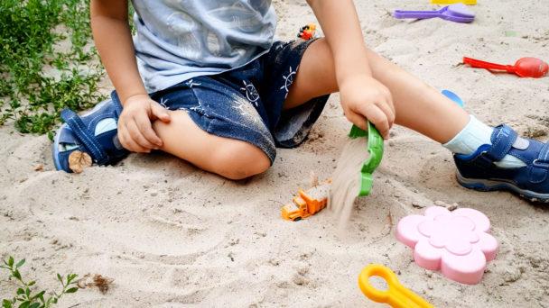 Barn leker ute.