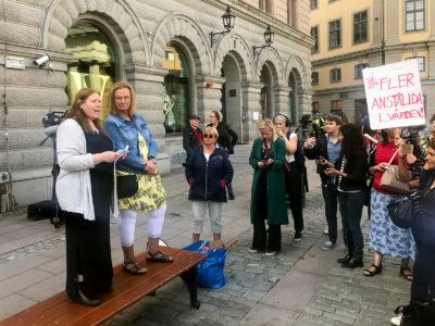 Marie Wiberg och Jenny Klingstam på scen vid Undersköterskeupprorets manifestation.
